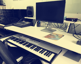 电子音乐制作设备